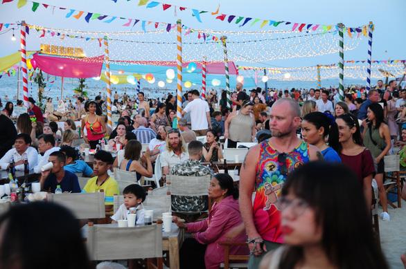 Khách đông nghìn nghịt biển An Bàng trong ngày đầu mở lễ hội biển - Ảnh 7.