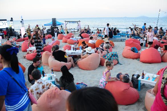 Khách đông nghìn nghịt biển An Bàng trong ngày đầu mở lễ hội biển - Ảnh 6.