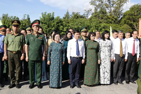 Lãnh đạo TP.HCM dâng hương tại nghĩa trang Hàng Dương - Ảnh 1.