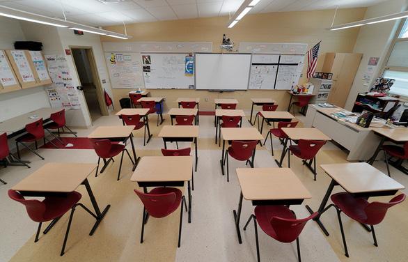 Ông Trump gây sức ép mở cửa trường học, giáo viên nói mình là con tốt thí - Ảnh 1.