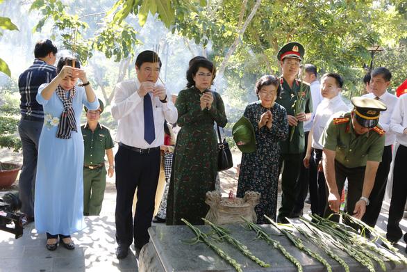 Lãnh đạo TP.HCM dâng hương tại nghĩa trang Hàng Dương - Ảnh 2.