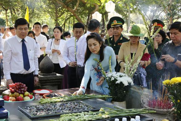Lãnh đạo TP.HCM dâng hương tại nghĩa trang Hàng Dương - Ảnh 4.