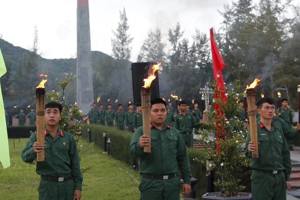 Lãnh đạo TP.HCM và Bà Rịa - Vũng Tàu thắp nến tại Nghĩa trang Hàng Dương - Ảnh 4.