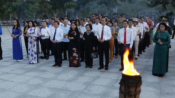 Lãnh đạo TP.HCM và Bà Rịa - Vũng Tàu thắp nến tại Nghĩa trang Hàng Dương - Ảnh 1.