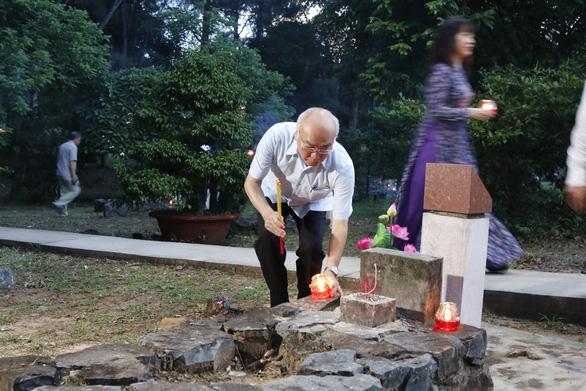 Lãnh đạo TP.HCM và Bà Rịa - Vũng Tàu thắp nến tại Nghĩa trang Hàng Dương - Ảnh 3.