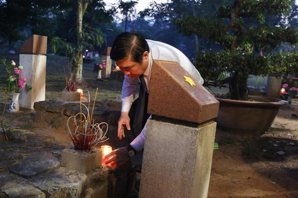 Lãnh đạo TP.HCM và Bà Rịa - Vũng Tàu thắp nến tại Nghĩa trang Hàng Dương - Ảnh 2.