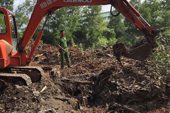 Bị bắt quả tang chôn rác thải công nghiệp trái phép, Công ty Shing Mark đổ thừa cho công nhân - Ảnh 1.