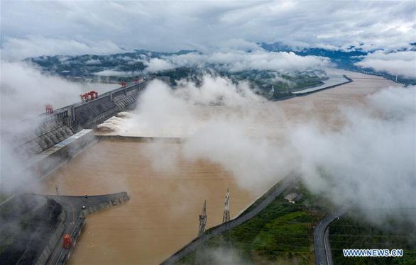 Nước lũ lớn kinh hoàng đổ về đập Tam Hiệp, vượt cảnh báo 15 mét - Ảnh 2.