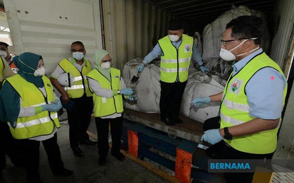 Malaysia chưng hửng với 110 container kẽm đặc là bụi lò thép độc hại - Ảnh 1.