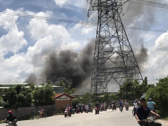 Công ty gỗ gần đường điện cao thế bốc cháy dữ dội, gần 100 cảnh sát ứng cứu - Ảnh 1.