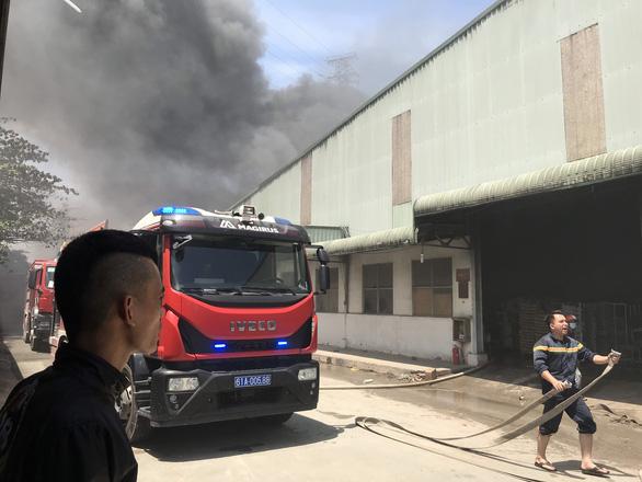 Công ty gỗ gần đường điện cao thế bốc cháy dữ dội, gần 100 cảnh sát ứng cứu - Ảnh 2.