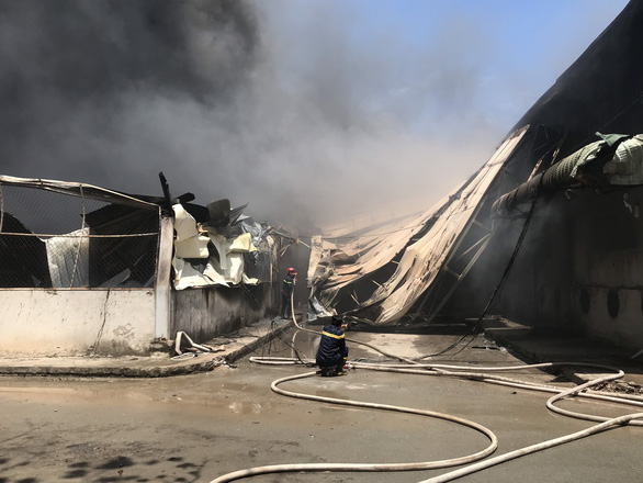 Công ty gỗ gần đường điện cao thế bốc cháy dữ dội, gần 100 cảnh sát ứng cứu - Ảnh 3.