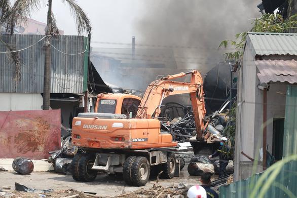 Vụ cháy kho hóa chất ở Long Biên: Có dấu hiệu sản xuất hóa chất chui - Ảnh 1.