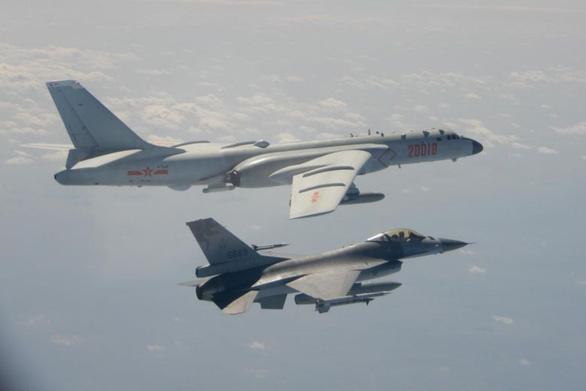 Đài Loan đưa F-16, Apache... tập trận bắn đạn thật 'diệt thù trên bờ biển' - Ảnh 1.