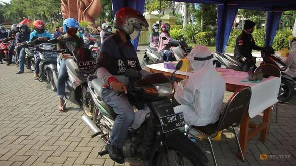 Coi thường giãn cách, Đông Java thành ổ dịch lớn nhất Indonesia - Ảnh 1.