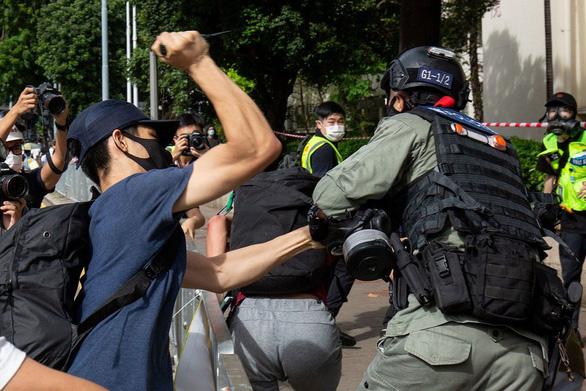 Lên tận máy bay sắp cất cánh bắt người biểu tình Hong Kong nghi đâm cảnh sát - Ảnh 1.