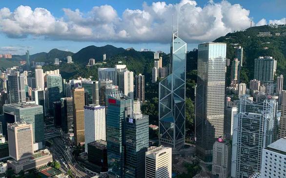 Luật an ninh Hong Kong có hiệu lực: Nhà đầu tư kẻ mừng, người lo - Ảnh 1.