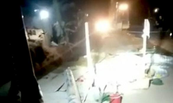 Sập tường khi đang lắp ống nước, 1 công nhân chết, 3 người bị thương - Ảnh 1.
