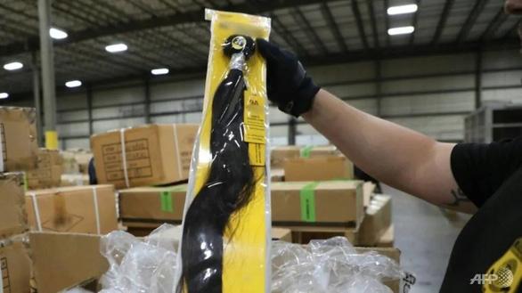 Mỹ tịch thu lô hàng tóc người nghi nhập khẩu từ Tân Cương - Ảnh 1.