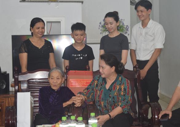 Chủ tịch Quốc hội thăm, tặng quà gia đình chính sách Quảng Nam - Ảnh 2.