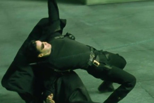Đối phương tung cú đá hiểm hóc vào mặt, võ sĩ né đòn đỉnh như phim Ma trận - Ảnh 3.