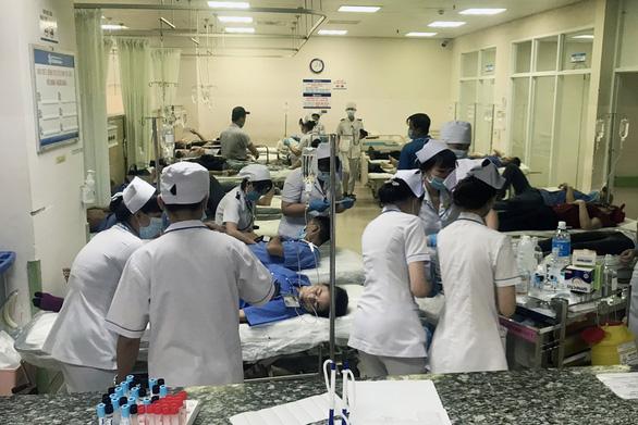 Hơn 100 công nhân nhập viện cấp cứu sau bữa cơm tối - Ảnh 1.
