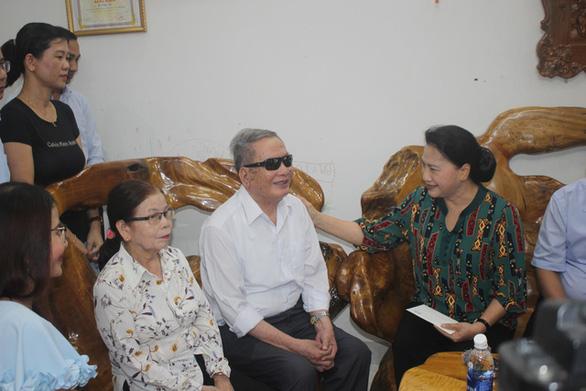 Chủ tịch Quốc hội thăm, tặng quà gia đình chính sách Quảng Nam - Ảnh 1.