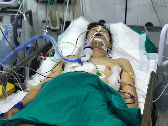Cứu tài xế xe ôm bị cướp đâm vào ngực, sườn, lưng cướp xe, 20 phút sau mới tới được bệnh viện - Ảnh 1.