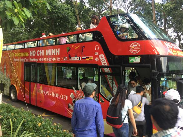 Ngắm Sài Gòn trong hoàng hôn bằng buýt mui trần hoặc du thuyền trên sông - Ảnh 2.