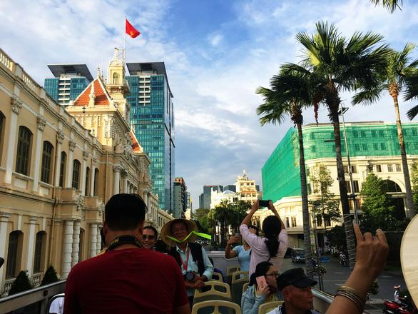 Ngắm Sài Gòn trong hoàng hôn bằng buýt mui trần hoặc du thuyền trên sông - Ảnh 1.