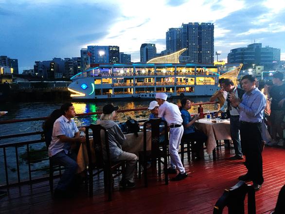 Ngắm Sài Gòn trong hoàng hôn bằng buýt mui trần hoặc du thuyền trên sông - Ảnh 3.