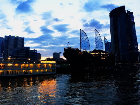 Ngắm Sài Gòn trong hoàng hôn bằng buýt mui trần hoặc du thuyền trên sông - Ảnh 4.