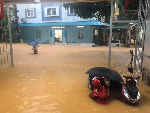 Mưa lớn ở Hà Giang, hàng loạt xe hơi trôi bồng bềnh trong nước - Ảnh 3.