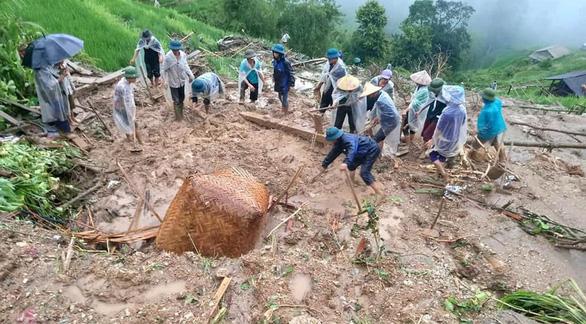 Chồng chết đứng nhìn vợ con bị đất đá vùi lấp do mưa lớn ở Hà Giang - Ảnh 1.