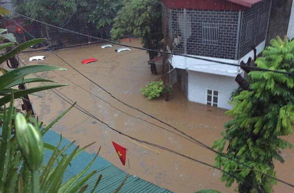 Mưa lớn ở Hà Giang, hàng loạt xe hơi trôi bồng bềnh trong nước - Ảnh 1.