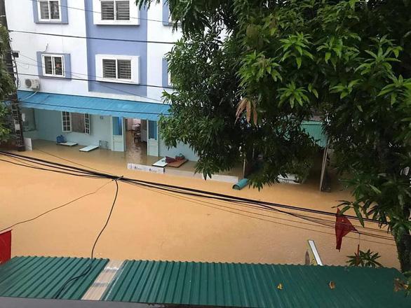 Mưa lớn ở Hà Giang, hàng loạt xe hơi trôi bồng bềnh trong nước - Ảnh 6.