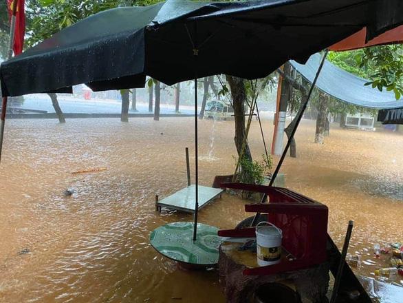 Mưa lớn ở Hà Giang, hàng loạt xe hơi trôi bồng bềnh trong nước - Ảnh 7.