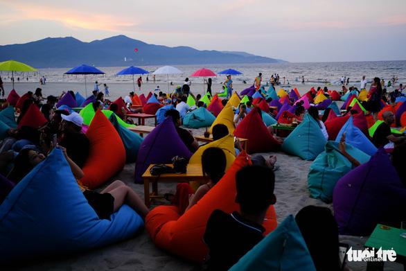 Thêm điểm sống ảo rực rỡ lạ mắt trên biển Đà Nẵng - Ảnh 1.