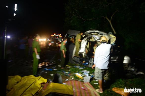 Xe khách 16 chỗ đấu đầu xe tải trong đêm, 8 người chết, nhiều người bị thương - Ảnh 7.