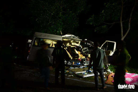 Xe khách 16 chỗ đấu đầu xe tải trong đêm, 8 người chết, nhiều người bị thương - Ảnh 9.