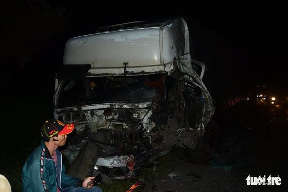 Xe khách 16 chỗ đấu đầu xe tải trong đêm, 8 người chết, nhiều người bị thương - Ảnh 10.