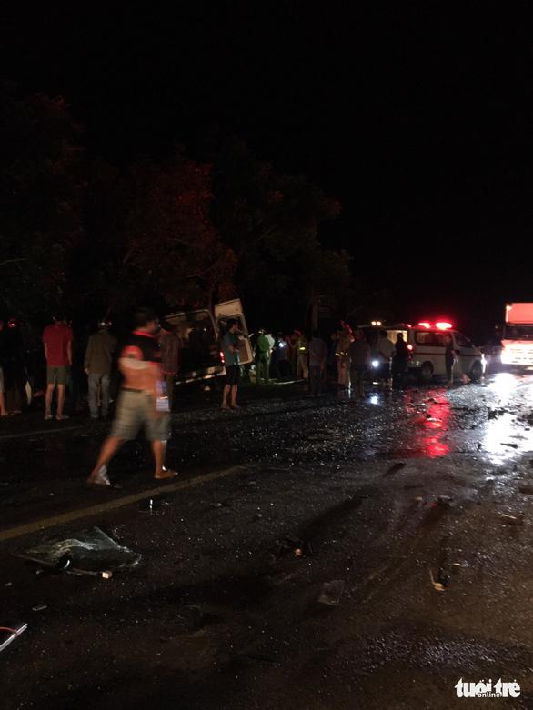 Xe khách 16 chỗ đấu đầu xe tải trong đêm, 8 người chết, nhiều người bị thương - Ảnh 5.