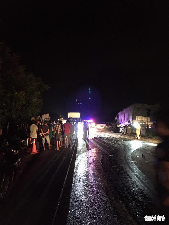 Xe khách 16 chỗ đấu đầu xe tải trong đêm, 8 người chết, nhiều người bị thương - Ảnh 1.