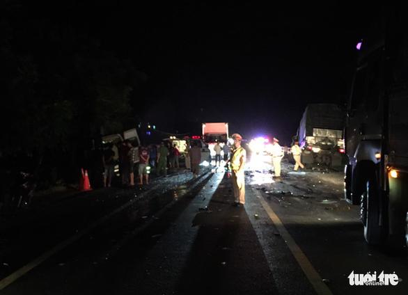 Xe khách 16 chỗ đấu đầu xe tải trong đêm, 8 người chết, nhiều người bị thương - Ảnh 4.