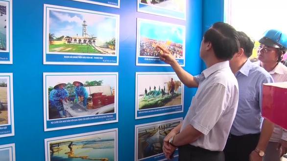 Triển lãm ảnh về chủ quyền biển đảo Việt Nam và trao cờ Tổ quốc  - Ảnh 2.