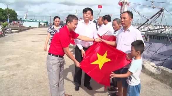 Triển lãm ảnh về chủ quyền biển đảo Việt Nam và trao cờ Tổ quốc  - Ảnh 3.