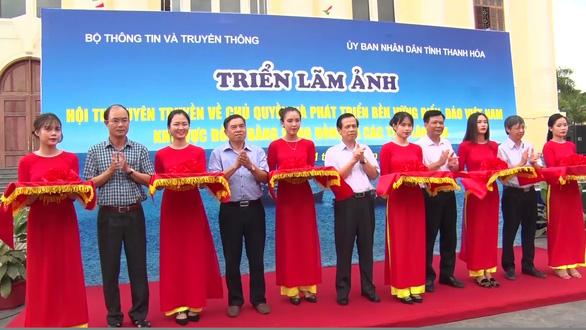 Triển lãm ảnh về chủ quyền biển đảo Việt Nam và trao cờ Tổ quốc  - Ảnh 1.