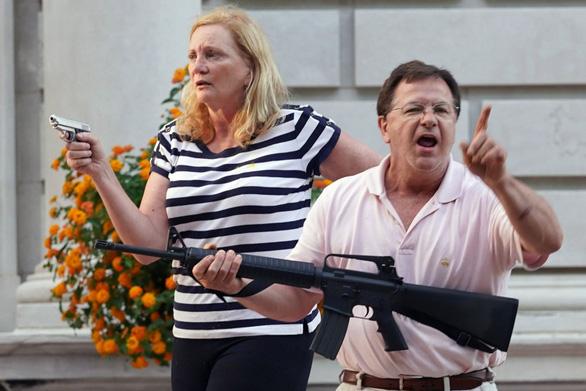 Cặp vợ chồng Mỹ chĩa súng vào người biểu tình đối mặt cáo buộc hình sự - Ảnh 1.