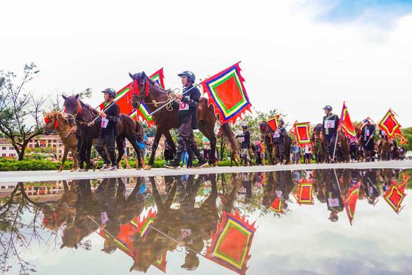 Du khách đổ lên Sa Pa hào hứng xem đua ngựa - Ảnh 1.