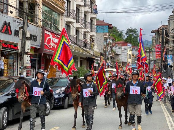 Du khách đổ lên Sa Pa hào hứng xem đua ngựa - Ảnh 2.